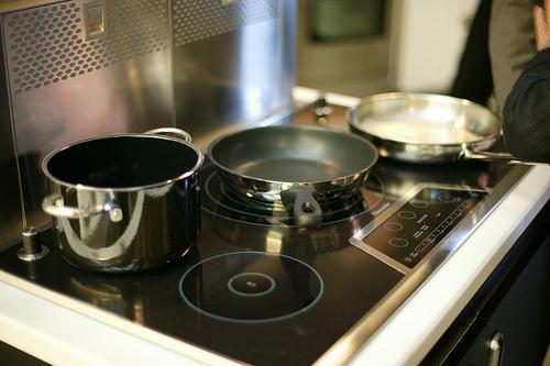 Nên lựa chọn loại chảo phù hợp khi nấu nướng bằng bếp điện từ